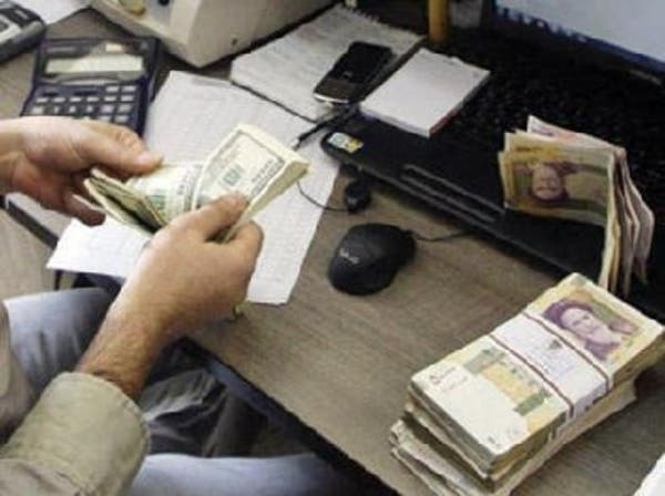سقوط حر للعملة.. شاهد زحام الإيرانيين على سوق الصرافة