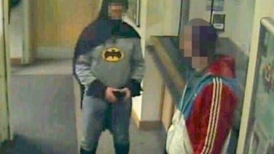 """رجل الـ""""باتمان"""" الغامض في بريطانيا يساند الشرطة"""