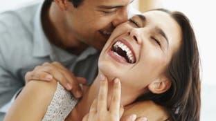 النساء يضحكن أكثر على نكت الرجل الوسيم