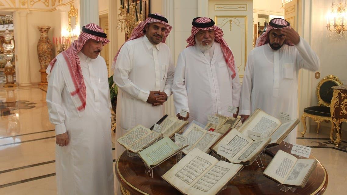 عبدالمقصود خوجه يسلم المخطوطات للعمري