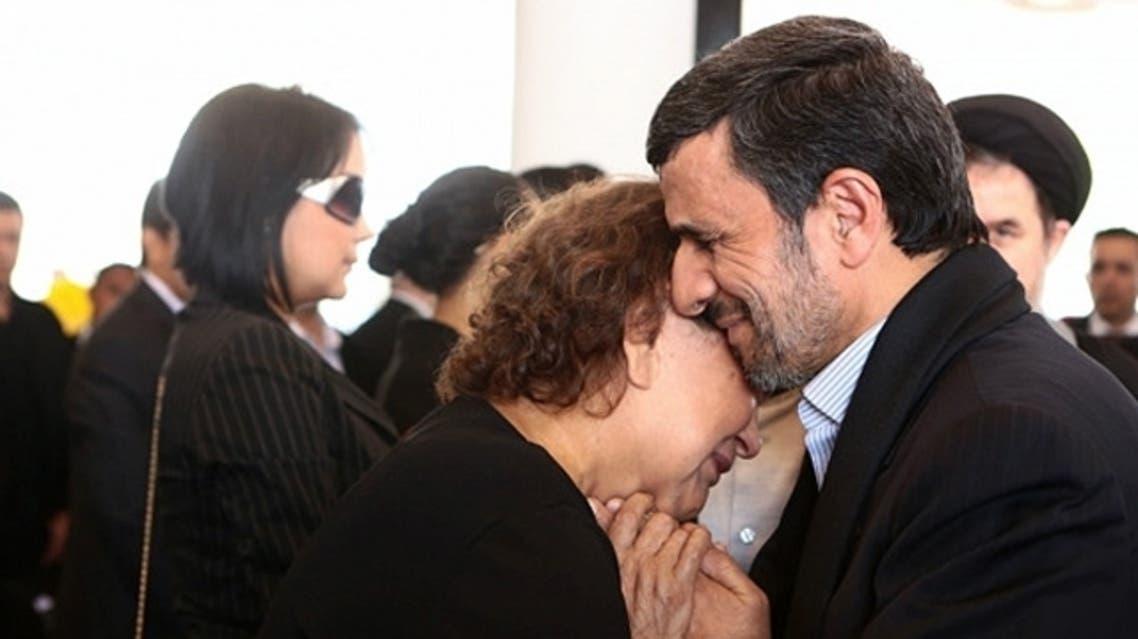 الرئيس الإيراني يحتضن والدة تشافيز