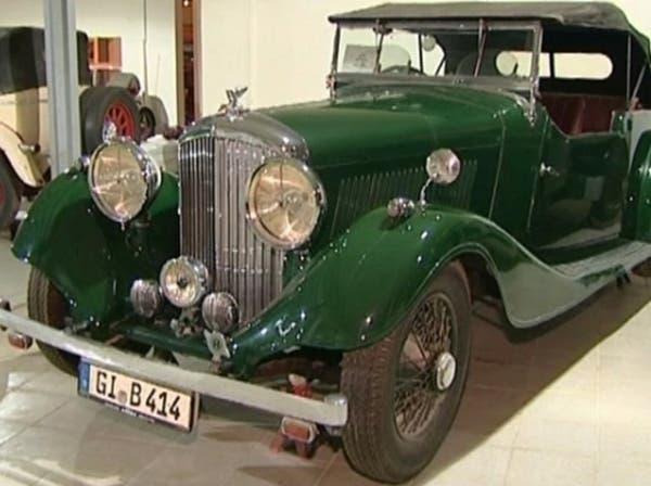 سعودي يحول منزله إلى متحف للسيارات الكلاسيكية