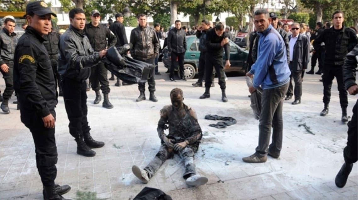 يحرق نفسه في تونس