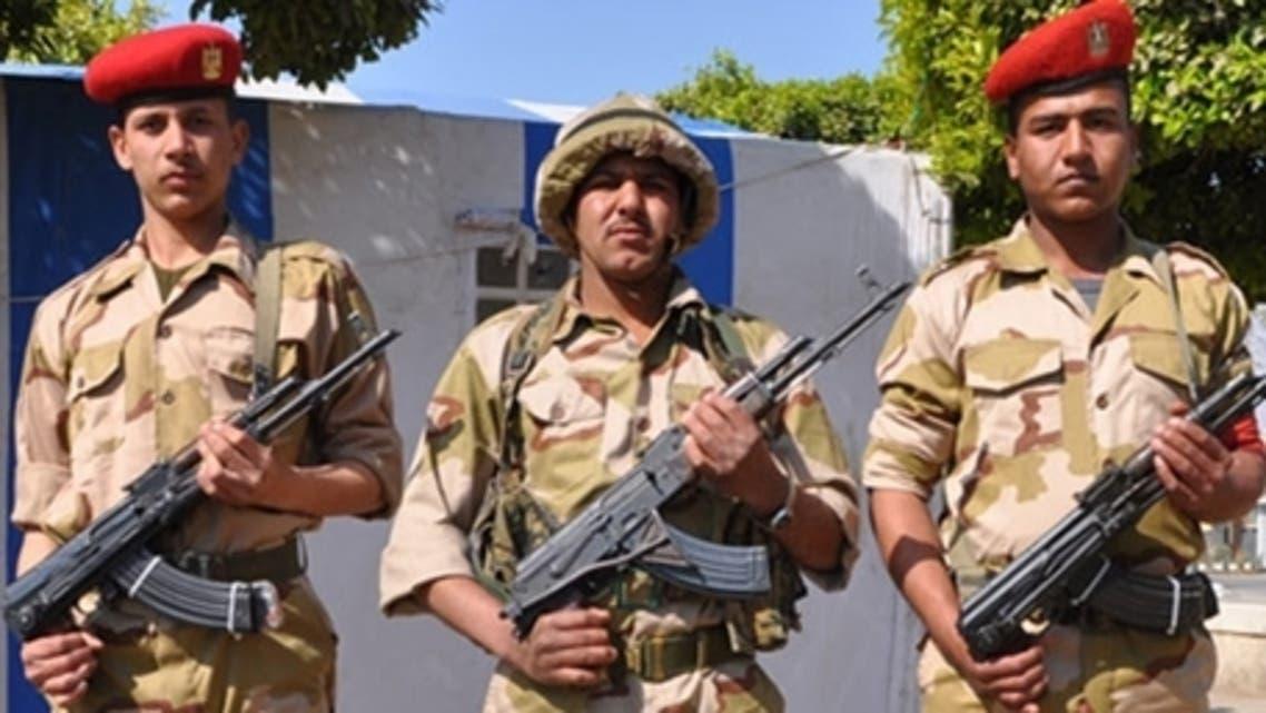 جنور من الجيش المصري باللباس العسكري الجديد في السويس
