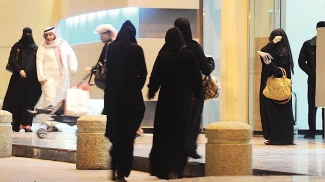 سعوديات يحملن صاعقاً كهربائياً لحماية أنفسهن