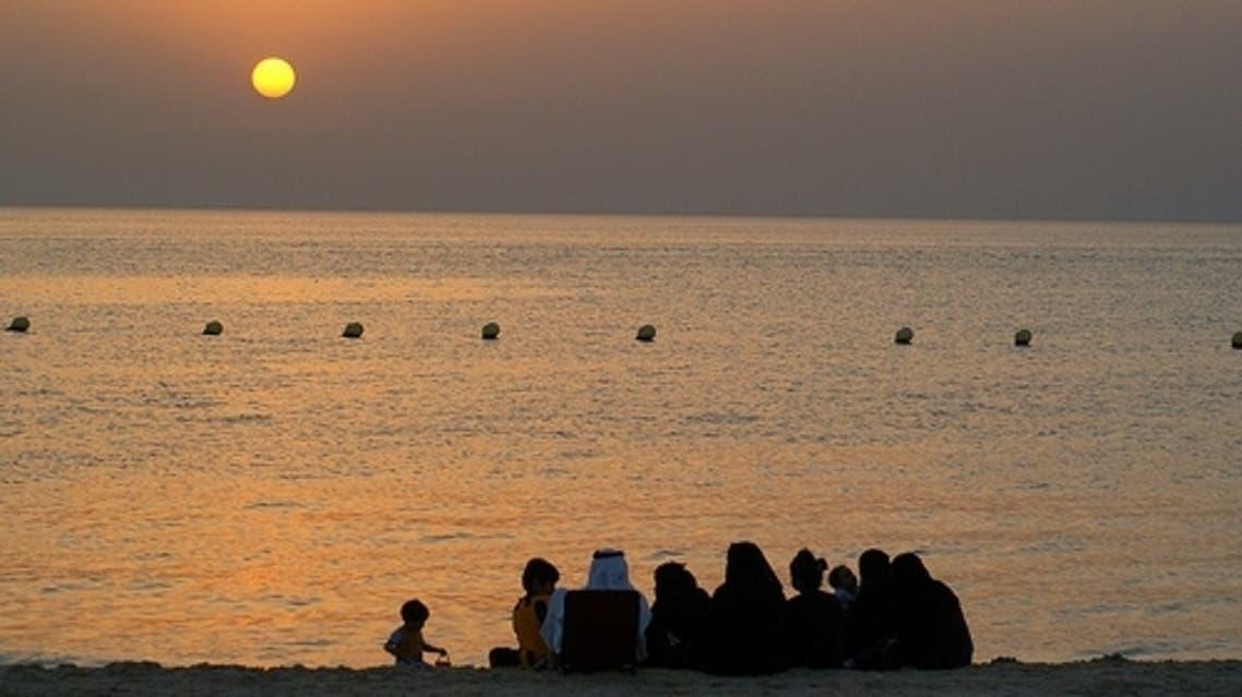 عائلات سعودية ترتاد شاطئ البحر
