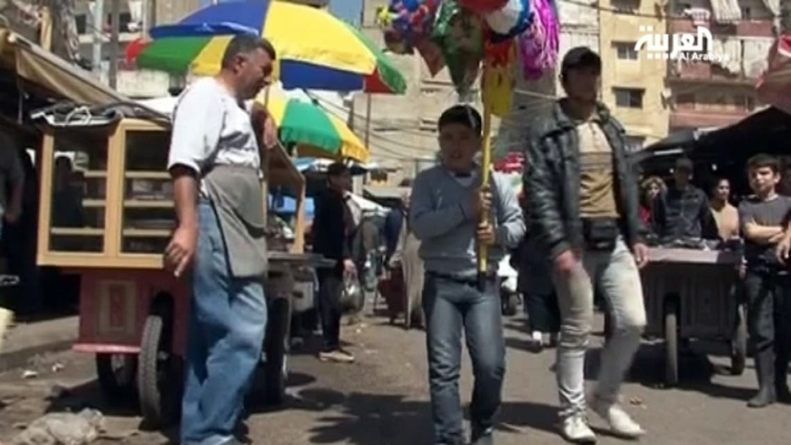 طفل سوري يبيع ابالونات في شوارع بيروت