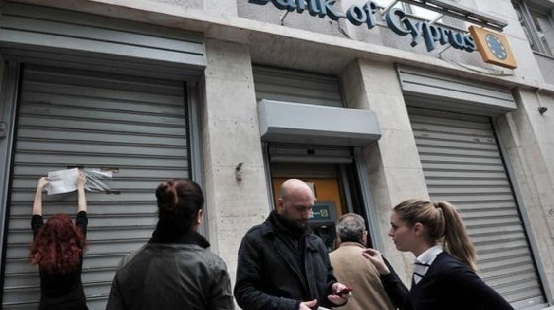 المركزي القبرصي يفرض قيودا على البنوك