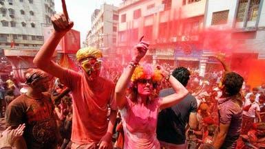الهندوس يتراشقون بالمساحيق الملونة احتفاء بقدوم الربيع