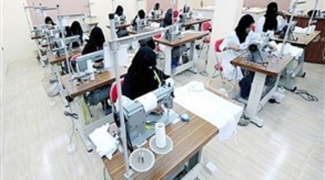 سعوديات يعملن في أحد مصانع الملابس