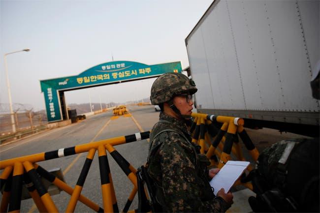 جندي كوري جنوبي في المنطقة المنزوعة السلاح