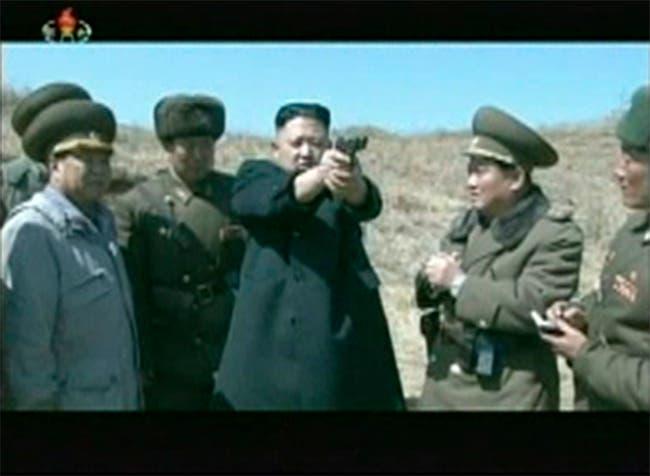 زعيم كوريا الشمالية كيم جونغ أون يشارك في تدريبات جيشه