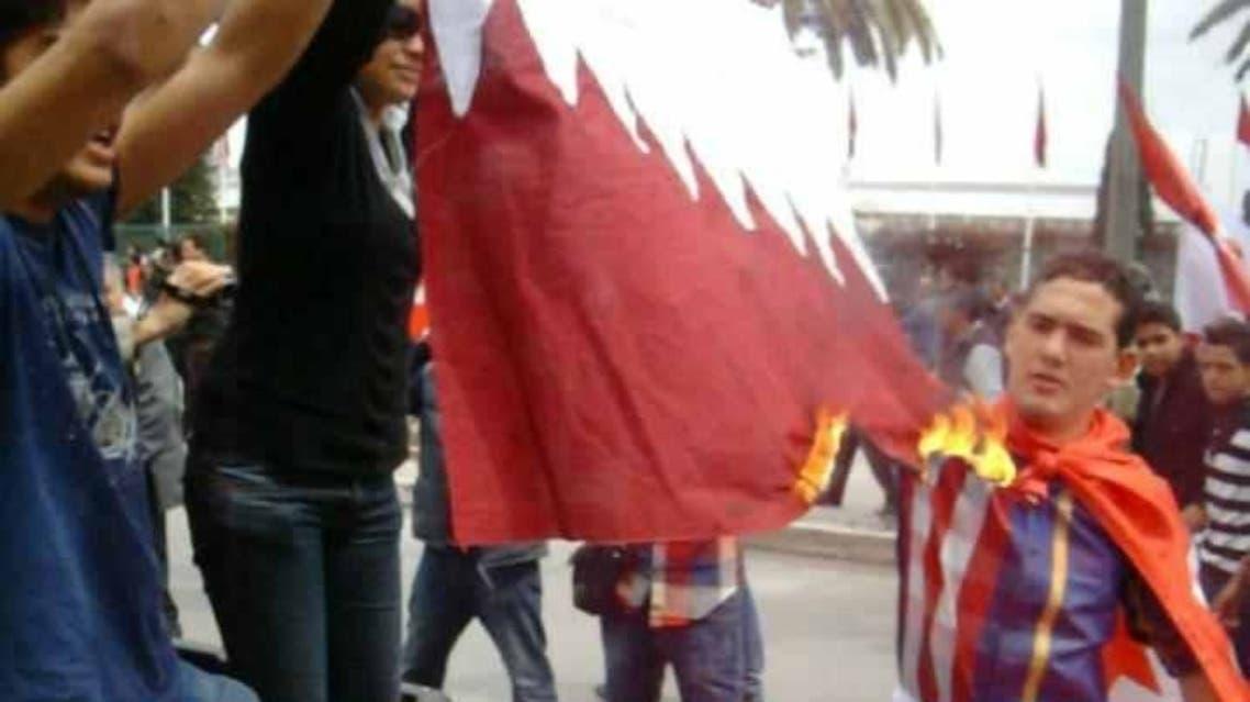 بعد بيان السفارة المعارضة التونسية تحرق علم قطر