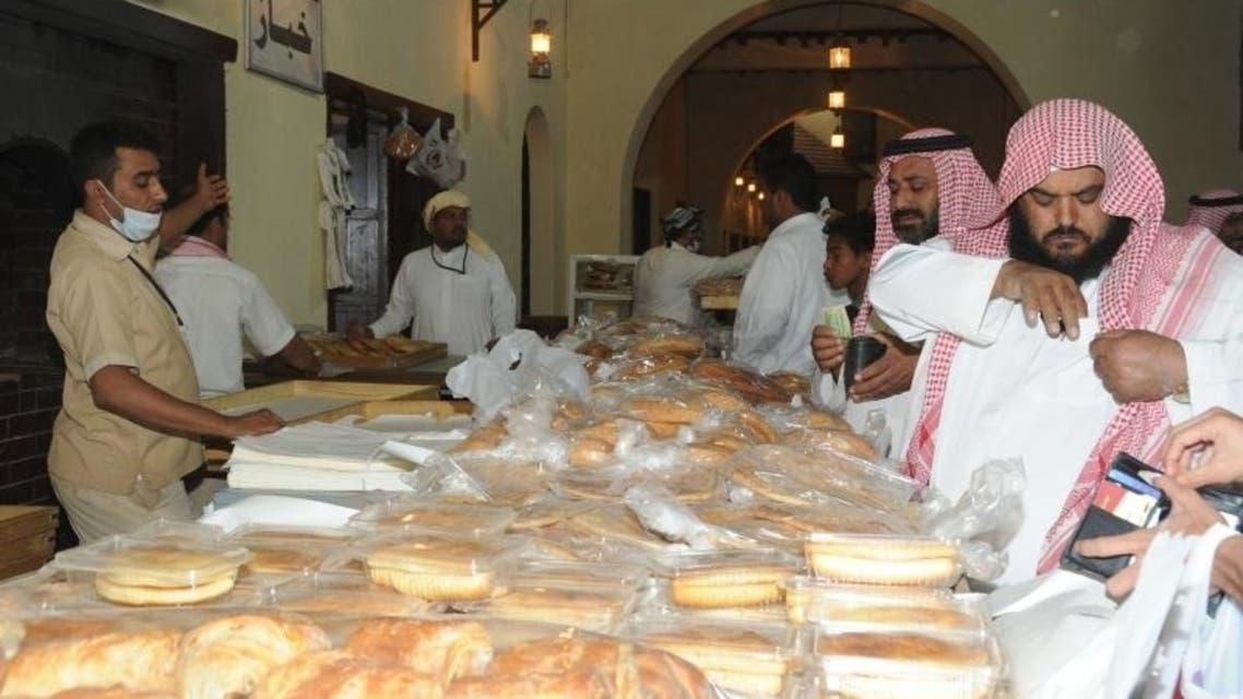 رائحة الخبز تجذب زوار الجنادرية