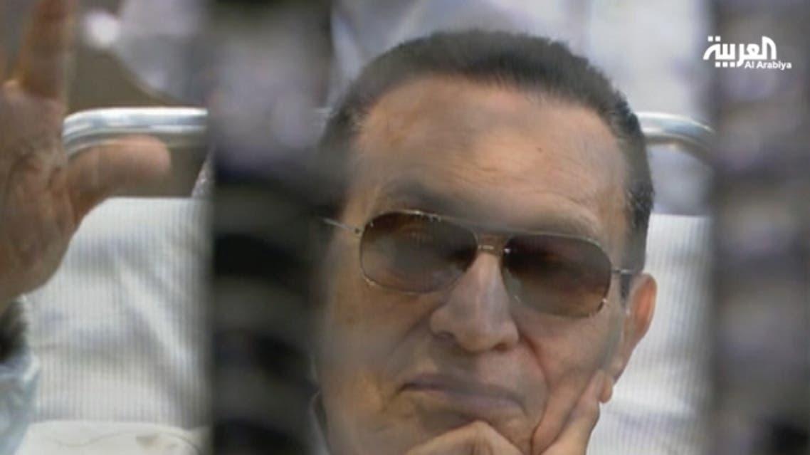 مبارك يلوح بيده لمؤيديه أثناء جلسة لمحاكمته