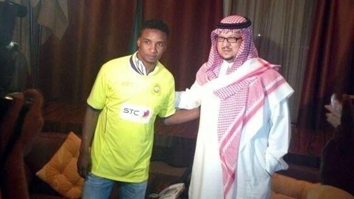 فيصل بن تركي ومحمد نور بعد توقيع العقد