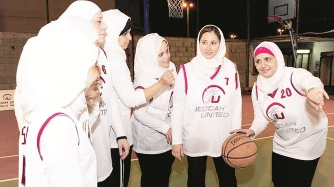 فتيات يمارسن كرة السلة في مدينة جدة السعودية