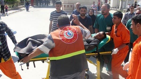 مسعفون يحاولون إنقاذ المصابين