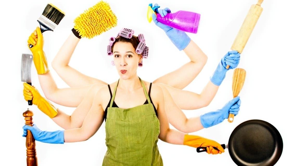 سيدة تقوم بأعمال منزلية