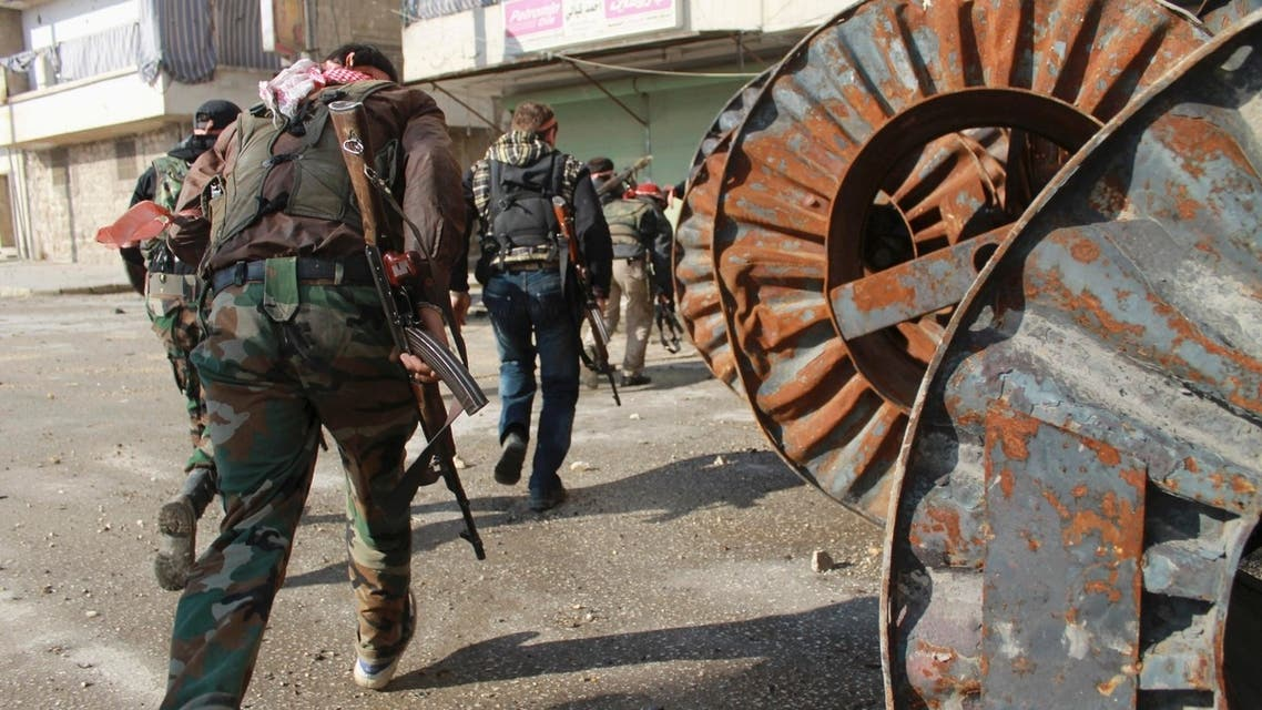 Free Syrian Army fighters carry their weapons as they move towards their positions during an infiltration operation in Aleppo's neighbourhood of Salaheddine April 21, 2013. (ReuterS)