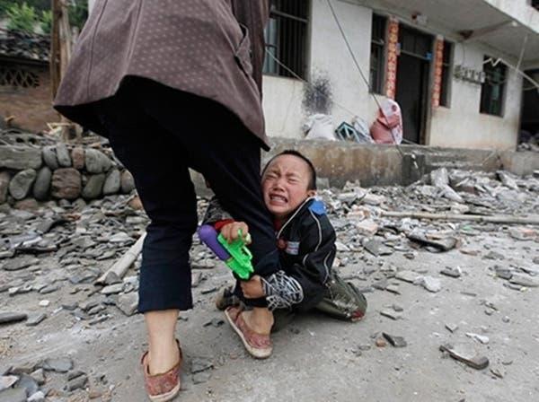 صورة طفل متشبث برجل أمه.. توثق آلام زلزال الصين