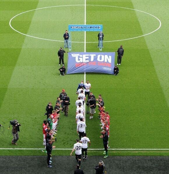 لاعبو مانشستر يونايتد يشقون طريقهم الى الملعب وسط احتفائية أرسنالية