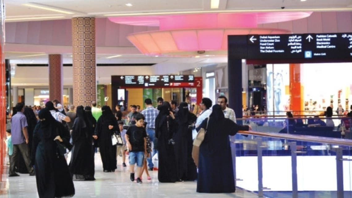 سياح سعوديون في أحد مراكز التسوق بدبي
