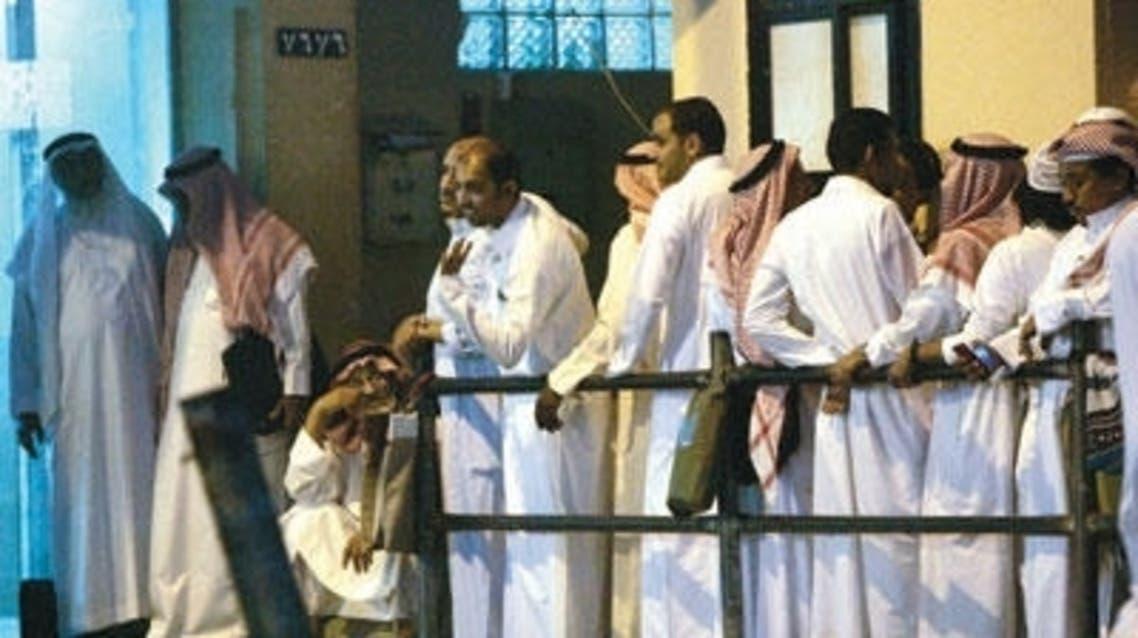 ازدحام المراجعين امام مكتب للمعاملات في السعودية