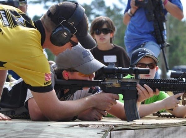 أسلحة نارية وبنادق.. هدايا قاتلة للأطفال في أميركا