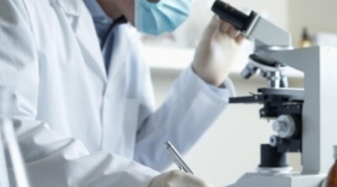 طبيب في مختبر طبي