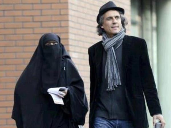 """مدافع عن منقبات فرنسا يعرض شراء مجلة """"شارلي إيبدو"""""""