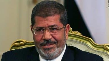 تفاصيل اللحظات الأخيرة في حياة محمد مرسي.. سقط متوفى أمام القاضي