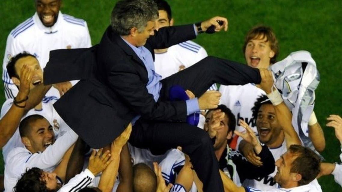 لاعبو ريال مدريد يحملون مورينهو فرحاً