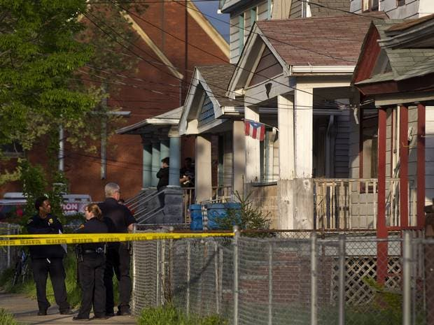 الشرطة أمام البيت
