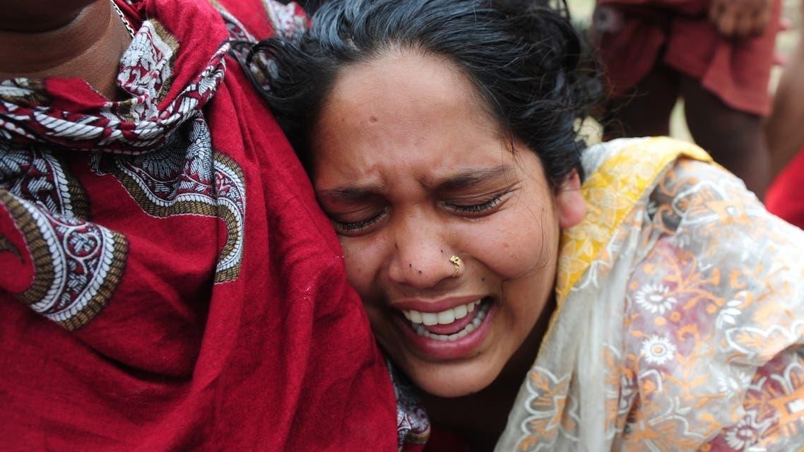 انهيار مبنى في بنغلاديش بكاء