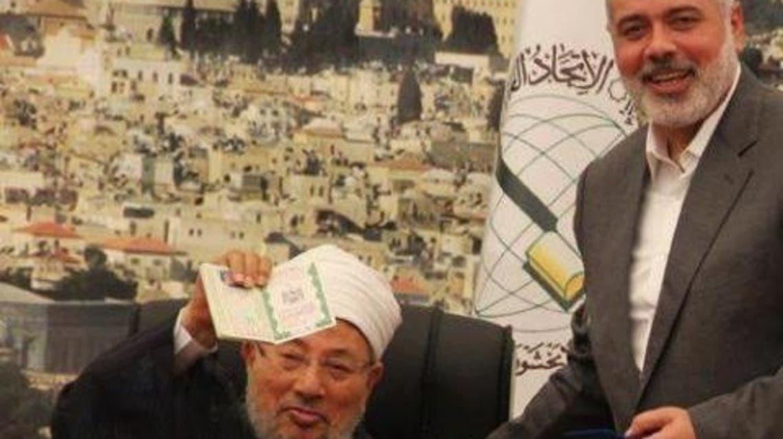 إسماعيل هنية، رئيس الحكومة المقالة في غزة، يمنح جواز سفر فلسطيني للدكتور يوسف القرضاوي
