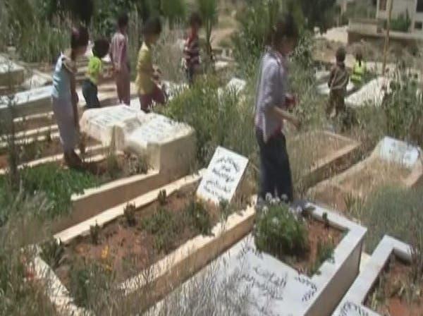 اللاجئون إلى لبنان لم يجدوا سوى المقابر ملجأ لهم