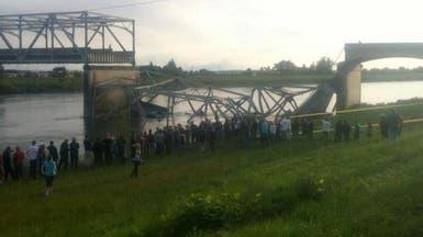 شاحنة تحطم جسرا وتسقط السيارات في مياه متجمدة