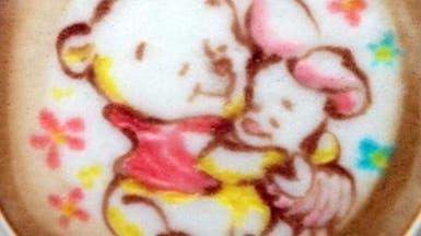ياباني يحوّل فناجين القهوة إلى لوحات فنية صالحة للأكل