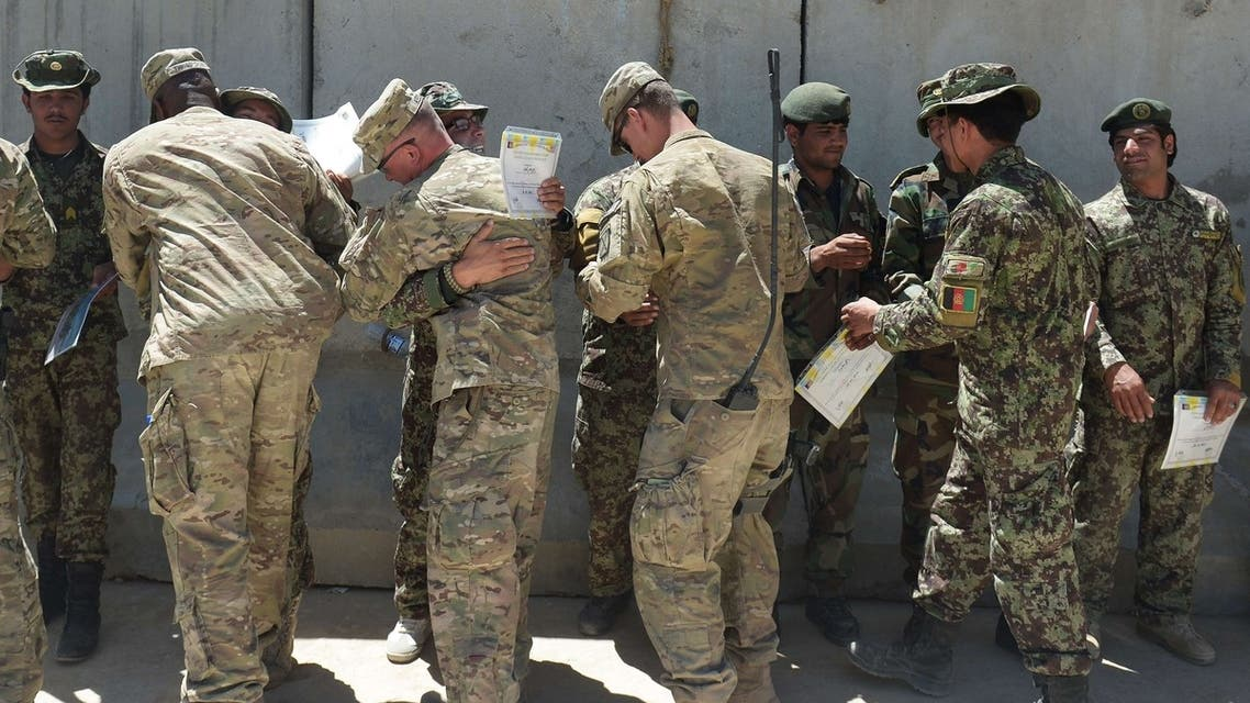U.S. soldiers congratulate personnel from the Afghan army and police members after receiving their Explosive Hazard Reduction Certificate of Completion on May 29, 2013. (File photo: AFP)