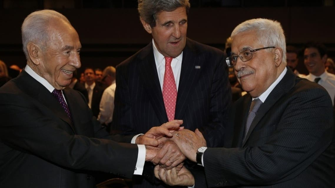 Secretary of State John Kerry (C) shakes hands with Israeli President Shimon Peres (L) and Palestinian President Mahmoud Abbas at a meeting at the Dead Sea, May 26, 2013. (Reuters)