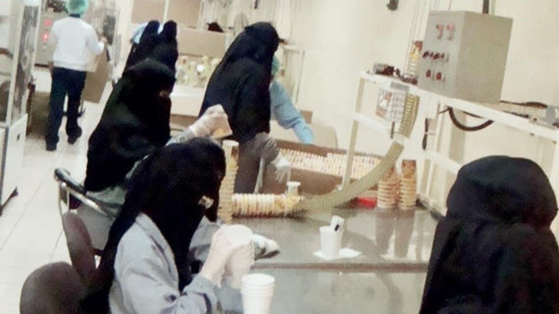 سعوديات داخل أحد المصانع في الدمام