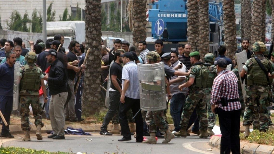 تجمع امام السفارة الايرانية في بيروت