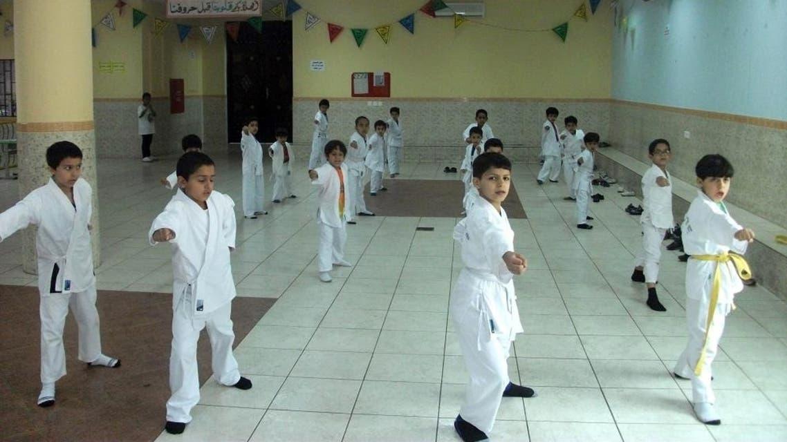 طلاب في مدرسة في السعودية يمارسون رياضة الكاراتيه