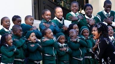 أطفال يغنّون أمام منزل مانديلا من أجل شفائه