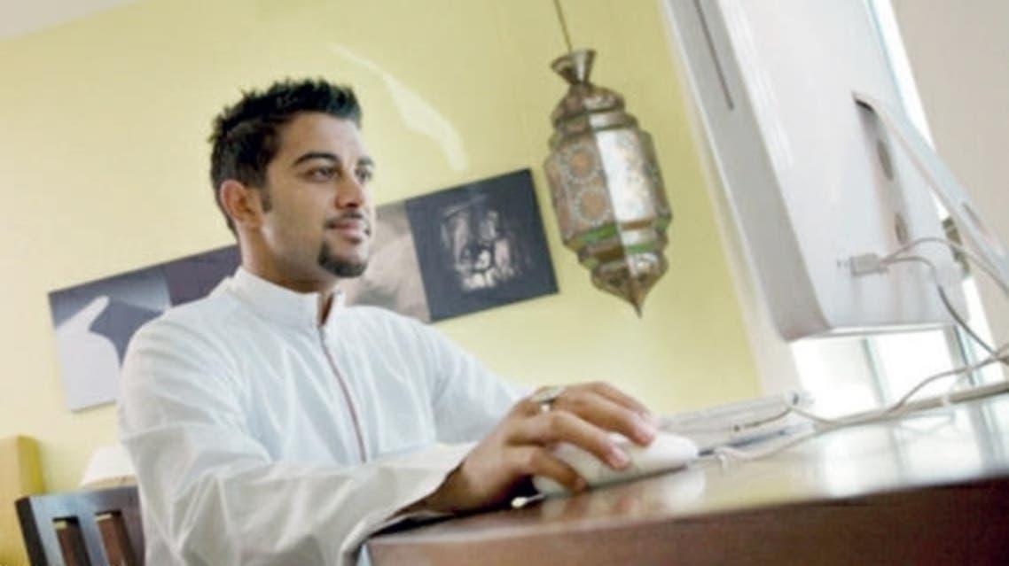 سعودي يستخدم الانترنت