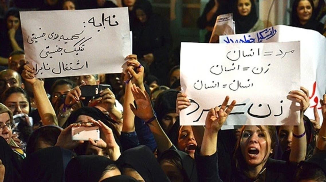 نساء غير ملتزمات بقانون الحجاب ويطالبن بالمساواة مع الرجل أمام المرشحين إيران