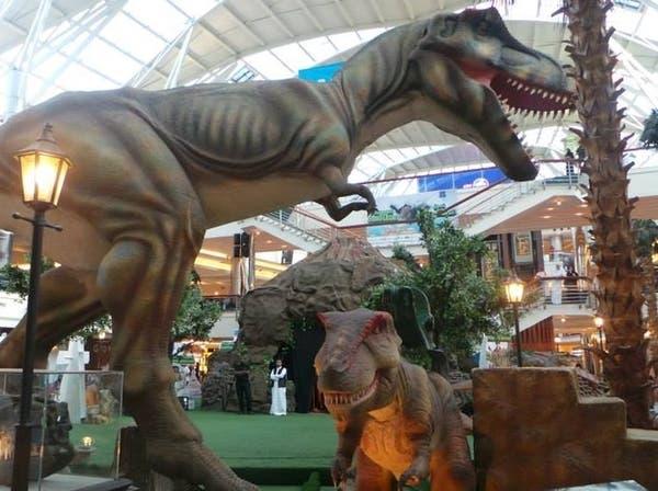 """زوار مهرجان """"جدة غير"""" يتسوقون مع الديناصورات"""