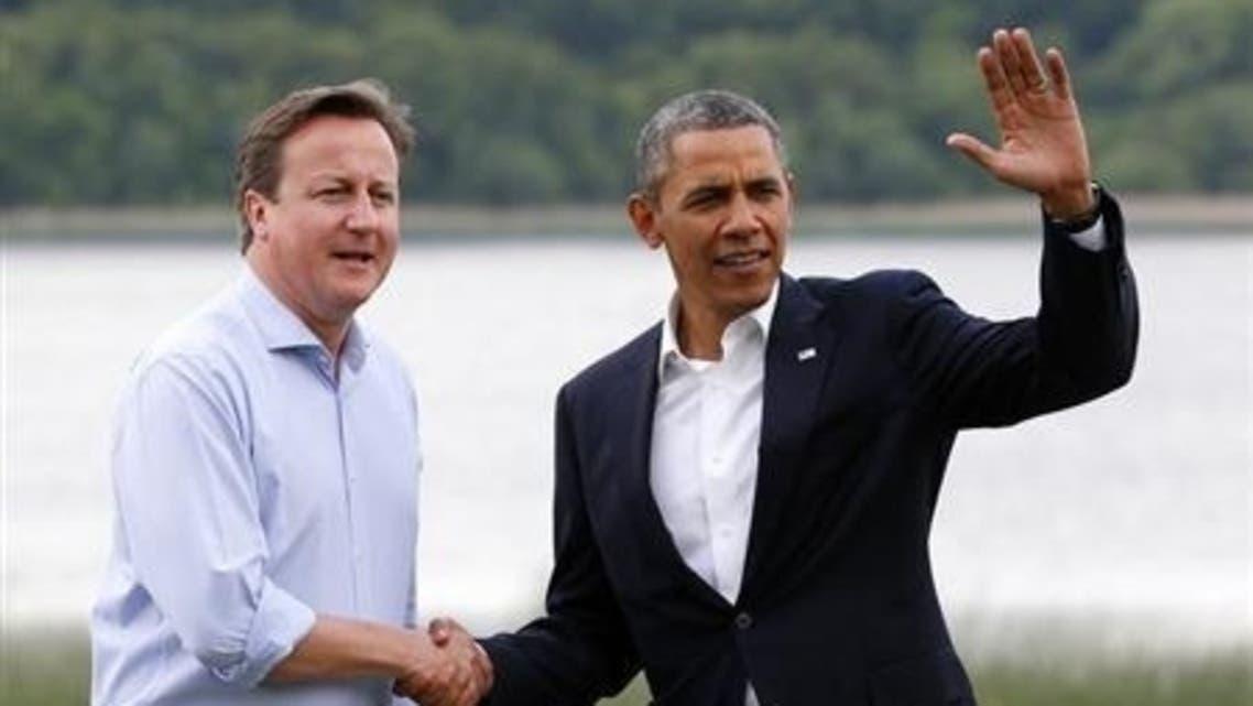 كاميرون (الى اليسار) يصافح أوباما في اينيسكيلين