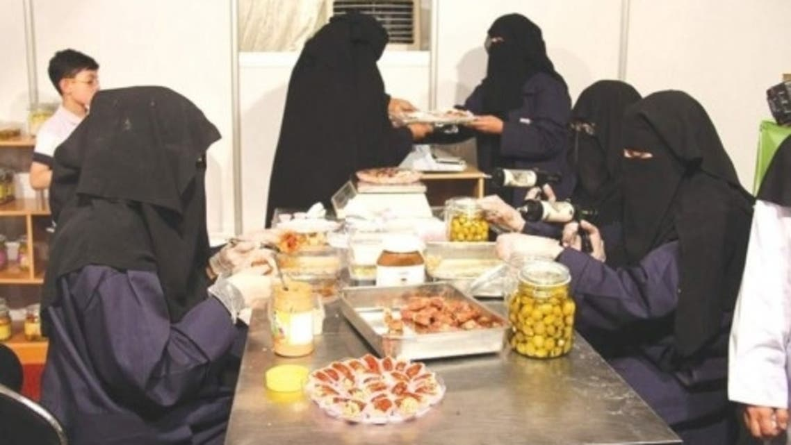 سعوديات يعملن في مصنع لزيت الزيتون